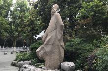 苏轼雕像 位于西湖苏堤旁的东坡雕像。他的才学旷达的人生观,成为后学的标杆。