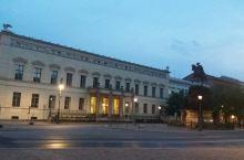 柏林市中心,菩提树下大街和洪堡大学。