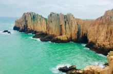 东崖绝壁:东崖绝壁位于舟山嵊泗县嵊山岛的最东端,高达数十米的陡崖延伸入海,如刀劈斧削,神奇梦幻,峭壁