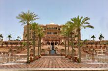 #迪拜免费游#阿布扎比皇宫酒店 阿布扎比皇宫酒店位于阿拉伯联合酋长国首都阿布扎比西北的海岸边,是迄今