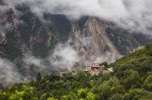 甲居藏寨,云雾缭绕中的康巴梦境