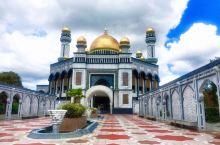 哈桑纳尔清真寺,在斯里巴加湾市,是文莱最大的清真寺,是文莱苏丹个人捐资建造的。共有29个金拱顶,四座