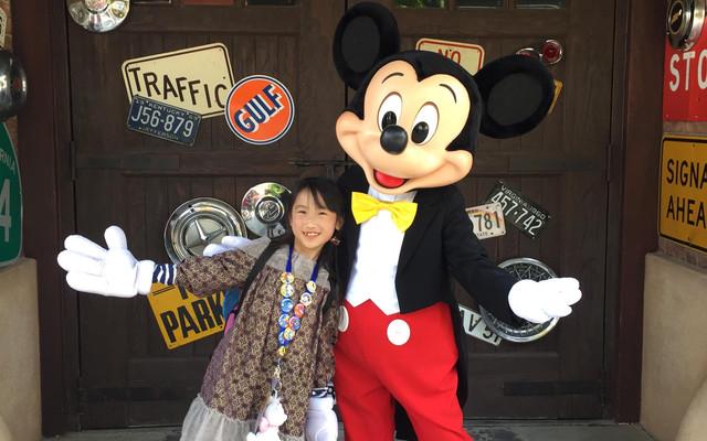 和玲宝第4次进入上海迪士尼乐园,每次用心的搭配