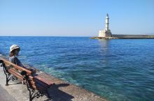黄昏时分,沿着长长的海堤漫步1.5公里,便抵达了哈尼亚的地标--威尼斯的灯塔,沧桑却耸立的它曾为无数
