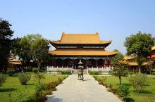 """在中华寺对面是""""韩国寺(Korea Temple)""""。寺庙正殿高大雄伟,按青瓦台风格建造。"""