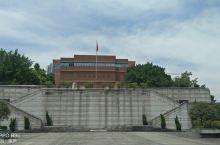曾是八路军在重庆的办事处,周恩来在此工作过。交通十分方便,有多路市内公交在此停靠,在红岩村站下车即到