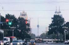 洛阳,夜游古城 这张交通口的照片,跟日本京都很像吧。 这是丽景门,也是洛阳老街的入口 夜色下的丽景门