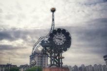 天津世纪钟 2001年1月1日零时,悦耳的钟声在天津站前广场的解放桥前响起,敲响迎接新世纪的钟声。从