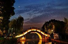 暮色•西湖 你站在桥上看风景  看风景的人在楼上看你  明月装饰了你的窗子 你装饰了别人的梦