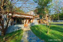 帘青乡村酒店——环境、建筑篇 推开竹丝编制的大门、树木掩映中的一栋茅草铺盖的石头小屋出现在眼前,有温