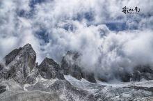 玉龙藏云中,雪山在脚下
