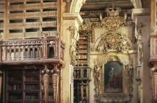 闻名世界的Biblioteca Joanina巴洛克若安尼图书馆,建于1717年,是世界上最古老精美