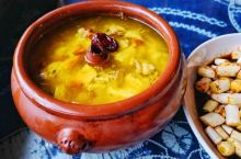 建水汽锅鸡:滇菜代表作之一 建水汽锅鸡是国内特有的名菜,历史悠久,久负盛名。早在清代乾隆年间,汽锅鸡