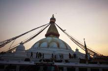  加德满都博达哈大佛塔又叫大白塔,是全世界最大的圆佛塔。