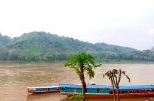 琅勃拉邦的老城区,临着湄公河。坐长尾船,慢慢的沿江