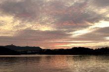 西湖晚霞,宛如调色板。