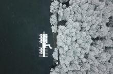 江南雪雪中湖湖中舟航拍的西湖 2018.12.31,这一年中最后一天,江南很多地方下起了雪,杭州也是