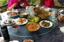 午饭是在一个叫竹林小院的农家乐吃的,特色山野菜,炖土鸡,炒腊肉。分量足,价格也公道。