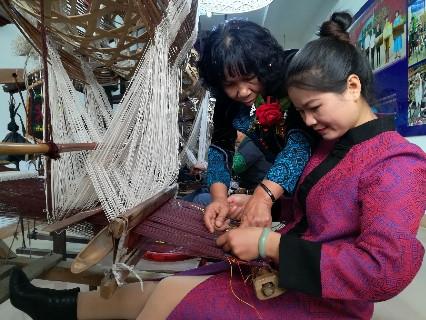这种竹笼织布机早在宋代就有了,现在广西宾阳还用来织壮锦 – 宾阳游记攻略插图