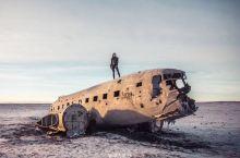 冰岛旅拍记|沉睡的飞机残骸&超酷的小姐姐 神秘的黑沙滩 衬托着女性柔美的……帅气!!! 满满的大片既