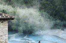 意大利最美仙境温泉 如果去罗马旅游,不如租个车去一个超级小众的地方,啦啦啦就是这个超级无敌棒的免费天