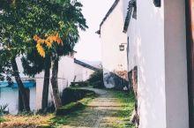 【诸葛八卦村】  诸葛八卦村,是迄今发现的诸葛亮后裔的最大聚居地。你会叹服于它的村貌奇美,更会为整个