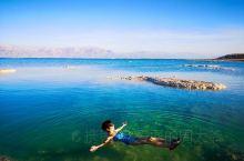 以色列这边的死海,可不必到公共海滩,相比公共海滩的人工黄沙滩,我更喜欢偏南边的这个海边,人少,清净,