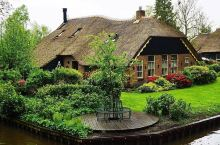 羊角村 羊角村距离阿姆斯特丹约120公里,可谓画卷里的梦里水乡,童话世界。这座世外桃源般的古老村庄,