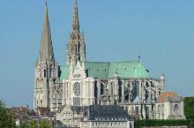 建于13世纪的法国沙特尔大教堂,堪称是哥特式建筑的教科书。它从未遭受战争与恐怖统治时期的破坏,是法国