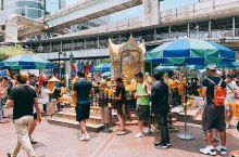 #四面佛# 位于曼谷市中心爱侣湾的Ratchadamri路和Phloen Chit路交界处,邻近君悦