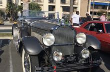 和先生在洛杉矶Redondo Beach度假,酒店对面露天停车场上偶遇自发的老爷车展,摆开了有上百辆
