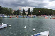 法国的安纳西多次被评为欧洲最美小镇之一,那边冬天不冷,夏天也没那么热,这里是休闲度假的绝美之地,湖水