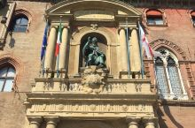 坐落在富集著名旅游景点的中世纪广场    马乔列广场是博洛尼亚城区最大的公共大广场,早在13世纪就已