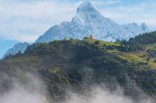 """四姑娘山由四座相连的雪峰组成,从大姐 峰到四妹峰,依次长高,主峰海拔6250米,仅次于被誉为""""蜀山之"""