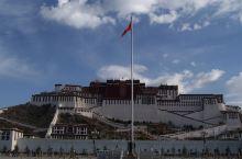 布达拉宫是中国西藏自治区的首府拉萨市区西北玛布日山上,是世界上海拔最高,集宫殿、城堡和寺院于一体的宏