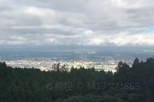 泡着温泉远眺富士山