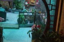 在黄姚古镇发现一处四合院落, 悠闲自在的喝着茶享受生活!