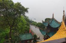 站在岳阳楼上观洞庭湖,湖面很大望不到边,景色不错。游人也很多,正是由于洞庭湖成就了三大名楼一岳阳楼。