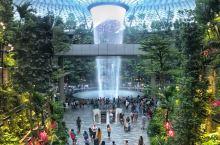 新加坡机场内的星耀樟宜综合体,又是一个国家级别的新的建筑奇观! 室内瀑布美炸了,瀑布水幕从5层屋顶直