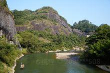 天游峰,不愧为武夷最美山峰。著名的九曲溪,正是在它脚下穿过。青山绿水间,已然成为人间仙境。