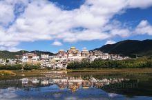 梦中的香格里拉 清晨,阳光越过山岗照在古城时,香格里拉苏醒了。阳光折射下的庙宇闪闪放光,大佛寺里的喇