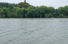 焦山是万里长江中唯一四面环水的岛屿,山高70.7米,周长2000余米,因东汉焦光隐居山中而得名。碧波