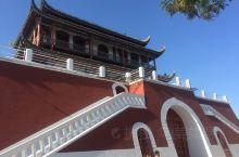 银川南门是银川保存下来最完好的古城门,正面与天安门相像,门前建有南门广场,是银川市举行重大庆典活动的