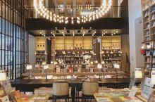 没错这是深圳最美的酒店大堂书店哟 你没看错,这是一家书店,也是一家酒店的大堂吧. 我开始也不相信在酒
