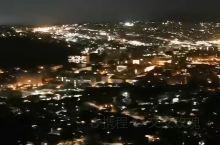 白天逛完以后 晚上再来俯瞰这座著名的高校 真的是别有一种意境啊 夏威夷大学,校园很大 满校园的故事,