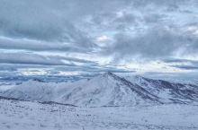 雪地里的牧民。