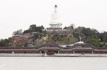 【北京·北海公园】北海公园最著名的是白塔,五龙亭和九龙壁。北海公园与景山公园比邻,