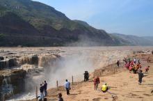 壶口瀑布,位于山西和陕西交界,由于此处地势狭窄,落差较大,黄河从此而过,犹如水从壶口流出,故此得名。