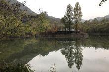 滴水壶景区小巧精致,凉亭拱桥栈道串联起山、水,瀑布、溶洞,各种植物恰到好处地与山水呼应,静谧的环境和