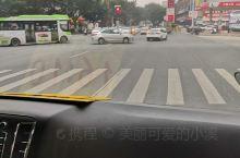 从丽都东路到丽都西路,一路红灯,景色还不错。